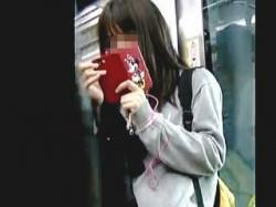 【盗撮動画】電車で見かけた若々しい女子校生のムンムンしてるパンチラを逆さ撮り♪の画像