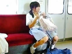 【盗撮動画】運悪く撮り師の視界に入ってしまった女子校生たちの強制スカメクパンチラ♪の画像