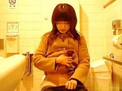 【盗撮動画】デパートらしき女子トイレでナプキン装着してるお姉さんの自然体なオシッコ風景♪の画像