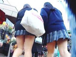 【盗撮動画】レズラー?仲良く手をつないで駅に向かう女子校生たちのダブルパンチラ♪の画像