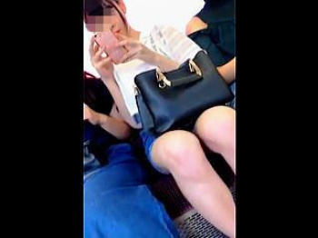 【盗撮動画】対面に座ったら誰もが▽ゾーンに目が行くムチッと感が堪らない生脚の女の子♪の画像
