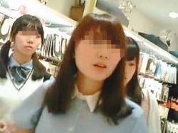【盗撮動画】パンティはもちろん背中のラインまで見渡せるワンピ女子の開放的なパンチラ♪の画像