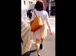 【盗撮動画】目を細めてよーく見てみると街中には透けブラに透けパン女子が溢れてる件♪の画像