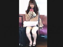 【盗撮動画】対面キャリーバック女子の▽ゾーンが物足りなかったので追跡してパンチラ撮り♪の画像