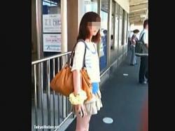 【盗撮動画】電車を待つ駅のホームで子供のような仕掛けでパンチラ撮られた貧乳美脚女子大生♪の画像