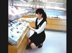 【盗撮動画】パンストのクロッチガードも艶めかしい制服店員さんの清純な純白パンティ♪の画像