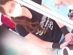 【盗撮動画】母親としての優しい視線を子供に送りながら股間に卑猥な視線を浴びてるヤンママ♪の画像