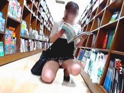 【盗撮動画】女の武器をフル活用してるお姉さんのカモンパンチラに吸い寄せられた夏の虫♪の画像