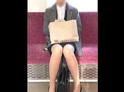 【盗撮動画】電車でウトウトしてるお疲れモードのOLさんはパンチラ観られて本望な件♪の画像