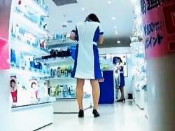 【盗撮動画】この店の制服マニアは見逃せない!店員さんのパンチラを一瞬だけ捉えた貴重映像♪の画像