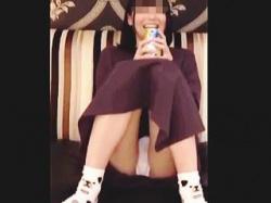 【盗撮動画】ホテルに連れ込まれてパンチラ撮られてる缶チューハイでほろ酔い気分の美少女♪の画像
