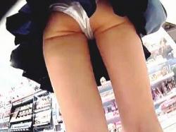 【盗撮動画】コスメショップをハシゴする女磨きに余念がないセーラーJKのプリケツパンチラ♪の画像