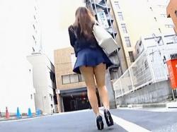 【盗撮動画】淫尻にTバック埋没させてノーパン状態で街を歩く露出っ気のある痴女系お嬢さん♪の画像