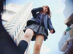 【盗撮動画】淫乱指数トップクラスのパンチラで男たちの視線を釘付けにするセーラー女子校生♪の画像