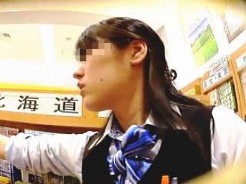 【盗撮動画】旅行代理店の女性スタッフのパンチラ狙いでGoToする気は全くない迷惑なオッサン♪の画像