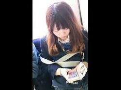 【盗撮動画】今朝初めて見掛けた女子校生を逆さ撮りしたら記憶に残るもの凄いパンチラですた♪の画像