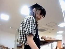 【盗撮動画】ベーカリーショップで働く可愛い店員さんの焼きたてで美味しそうなパンチラ♪の画像