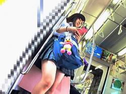 【盗撮動画】電車を何本も乗り継いで遠方から通学してるミニスカ女子校生の桃白パンチラ♪の画像