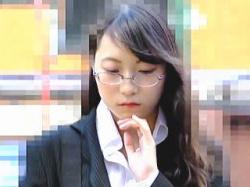【盗撮動画】インテリジェンスな雰囲気漂うOLが痴漢に指マンとミニローターで弄られてた♪の画像