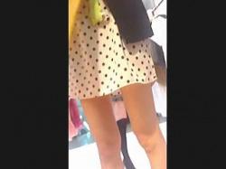 【盗撮動画】モデルの洋服探してるんですけど(←ウゾ)店員さんのパンチラが見たい!(←ホンネ)♪の画像
