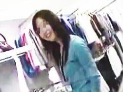 【盗撮動画】S級店員さんが胸チラどころか乳首見せて煽って来たので美味しくいただきますた♪の画像