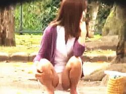 【盗撮動画】公園で子供をあやしながら女子バナしてるヤンママたちの不倫OKそうなパンチラ♪の画像