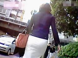 【盗撮動画】堪らんケツしたお姉さんたちに街中で声を掛けてムンムンするパンチラ逆さ撮り♪の画像
