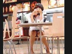 【盗撮動画】電車やカフェには普通にエッチなパンチラ晒してくれる女子たちで溢れてる件♪の画像