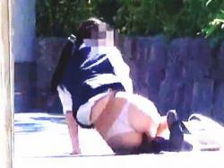 【盗撮動画】イマドキ小学生でもやらないスカート捲りの被害に遭った制服OLたちに大興奮♪の画像