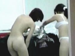 【盗撮動画】若手の女芸人コンビは営業先では覗き放題の場所で着替えさせられるらしい件♪の画像