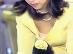 【盗撮動画】バブリーなドレスを着込んだ淑女たちの胸チラを隠し撮る結婚式場の受付係♪の画像