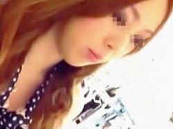 【盗撮動画】もっともらしい会話をしながら店員さんのパンチラと胸チラ撮ってる器用な撮り師♪の画像