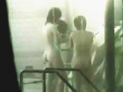 【盗撮動画】合宿風呂の曇りガラス越しに眺めるうら若き娘たちの裸体は逆に興奮増し増し♪の画像