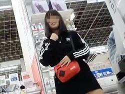 【盗撮動画】お友達とショッピング中にポップ柄の萌えパンティを逆さ撮りされた女の子♪の画像