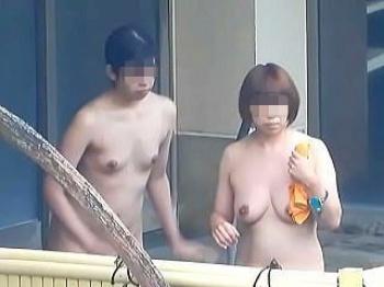 【盗撮動画】晴れの日は当然で雨の日も雪の日も露天風呂に入浴してる淑女たちの妖艶全裸絶景♪の画像