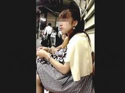 【盗撮動画】JDでしょうか?駅のホームのベンチで見掛けましたのでパンティを確認しました♪の画像