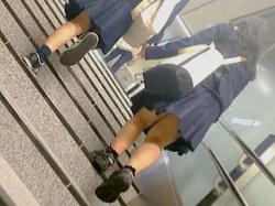 【盗撮動画】駅の階段を手をつないで上る仲良し女子学生たちにオジサンはほっこりモッコリ♪の画像