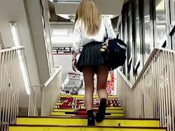 【盗撮動画】撮り師を煽って階段パンチラバトルしてるドンキが似合う金髪ミニスカ女子校生♪の画像