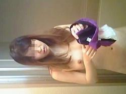 【盗撮動画】本人知ったら赤面必至!羞恥の全裸を隠し撮られたシャワータイム前の生理中女子♪の画像
