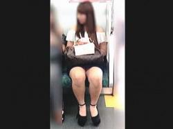 【盗撮動画】イヤらしさ満点のムチムチとした脚の奥底に見える▼ゾーンで悩殺するスケベ女子♪の画像
