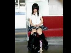 【盗撮動画】駅や電車で好みの女子校生を見掛けたらパンティ見ないと気が済まない撮り師♪の画像