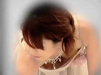 【盗撮動画】厳かな結婚披露宴会場で華やかなドレスを纏った淑女たちの猥褻物レベルの胸チラ♪の画像