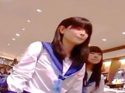 【盗撮動画】大型ショッピングセンターでパンチラ撮り師に粘着された放課後セーラーJKたち♪の画像