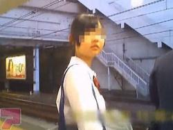 【盗撮動画】帰宅ラッシュの電車を待つ脱いだら凄そうなJKの凶器レベルの太ももとパンチラ♪の画像