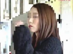 【盗撮動画】やはりカラダは正直ですなw痴漢の容赦ない手マンで陰部を恥液で濡らすTバック女子♪の画像
