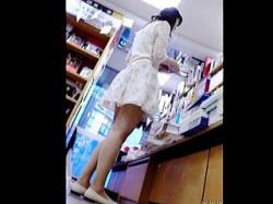 【盗撮動画】本屋でアップしてから徐々に難易度を上げてスカメクパンチラ撮りしてる靴カメ撮り師♪の画像