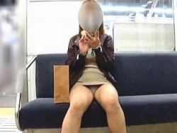 【盗撮動画】電車に乗り込む前からプリケツで誘い込んで座りパンチラで悩殺する破廉恥女子♪の画像