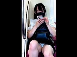【盗撮動画】降りる駅は過ぎたけどタゲの黒マスク女子が降りないので延々とパンチラ撮りしたオレ♪の画像