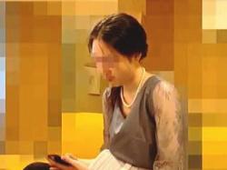 【盗撮動画】結婚式場で胸チラを激撮された普段は着ることがないドレスを纏ったスレンダー淑女♪の画像