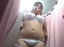 【盗撮動画】デパートの試着室で水着の試着風景を隠し撮られたKレベルを遥かに超えた爆乳JK♪の画像